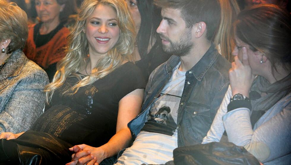 FORELSKET: Shakira og kjæresten Gerard Piqué blir snart foreldre. Mandag viste de seg hånd i hånd i Barcelona.  Foto: FameFlynet