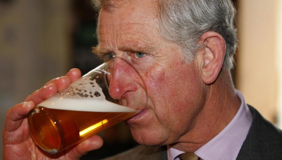 TØRST: Prins Charles avbrøt sitt offisielle program i Liverpool da han ble invitert inn på en halvliter av de lokale pubgjestene. Foto: All Over Press