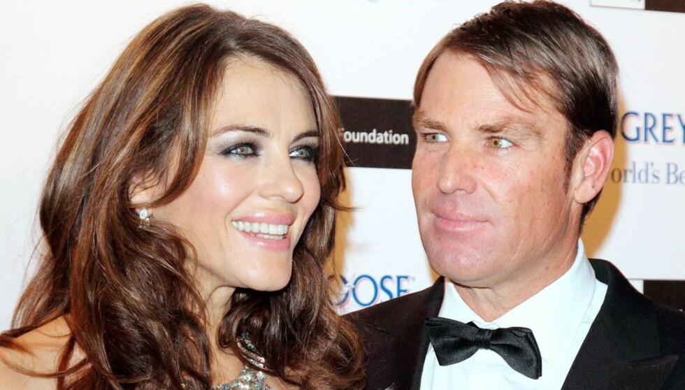 LYKKELIG: Liz Hurley håper at hun og forloveden Shane Warne får tid til å gifte seg i løpet av 2013. Foto: All Over Press