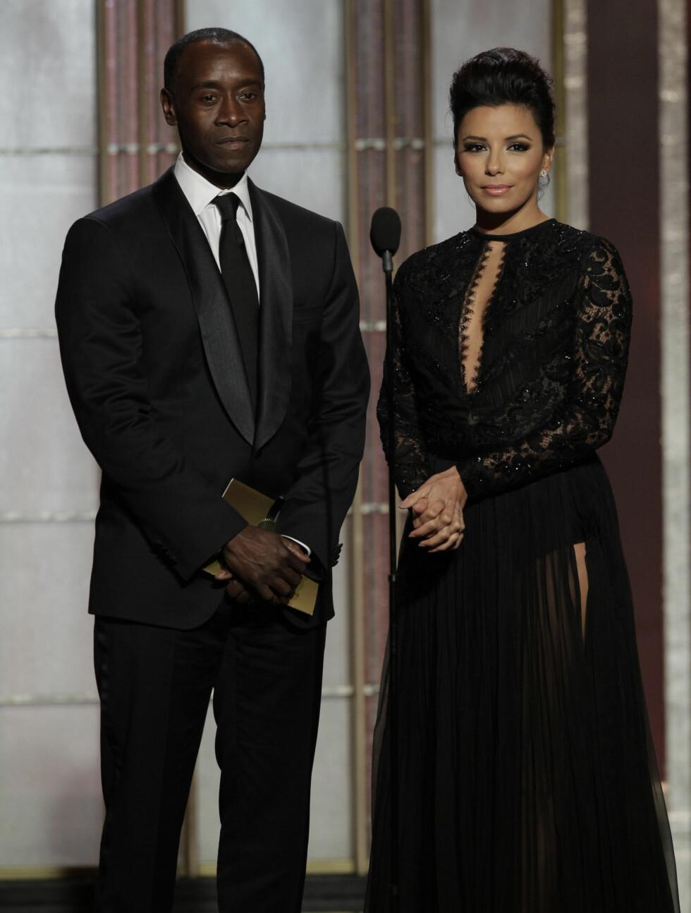 PÅ SCENEN: Eva Longoria og skuespiller Don Cheadle delte ut pris under Golden Globe-utdelingen. Foto: All Over Press