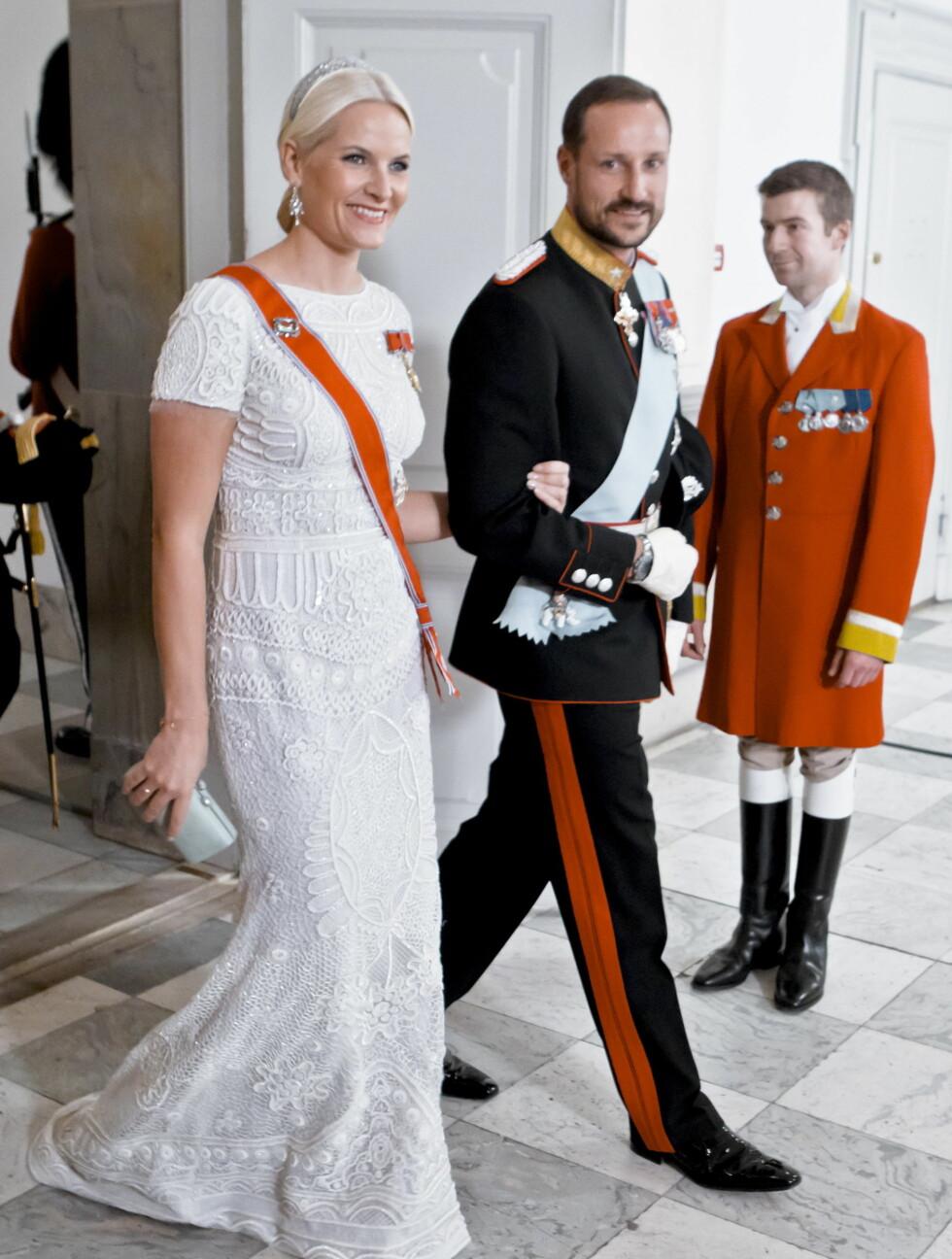 PUCCI-ELSKER: Da Dronning Margrethe av Danmark feirer 40 års-julileum som regent i januar i fjor, var det duket til gallamiddag på Christiansborg slott. Kronprinsesse Mette-Marit valgte en lekker perlebelagt kjole fra Pucci, designet av norske Peter Dun Foto: NTB scanpix