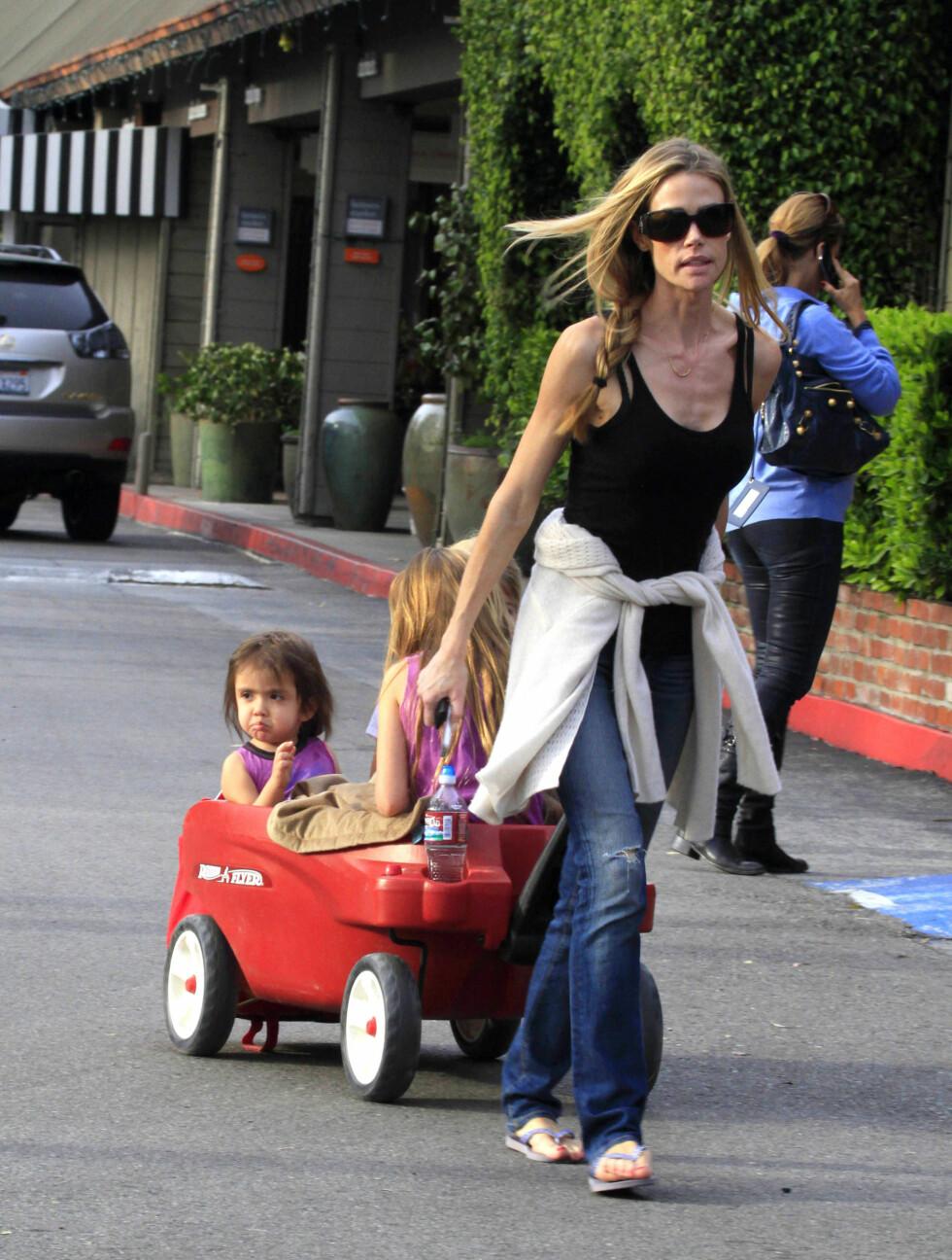 I FULL VIGØR: Trebarnsmoren gav de små en trilletur i lekebilen deres på vei til butikkene.  Foto: All Over Press