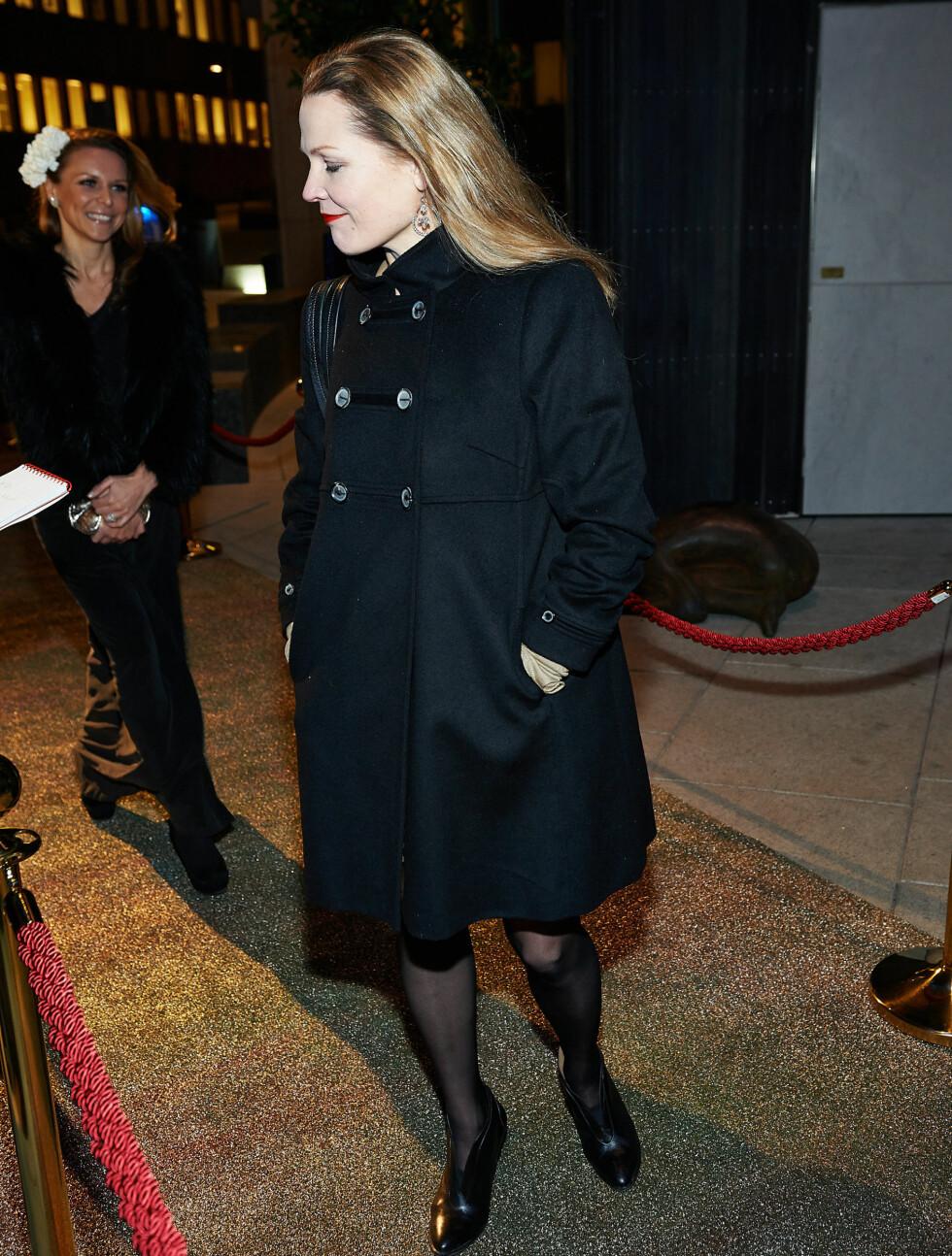 BLID: Åsne Seierstad tok seg tid til å snakke med journalistene. I bakgrunnen skimtes Costume-redaktør Vanessa Rudjord. Foto: Stella Pictures