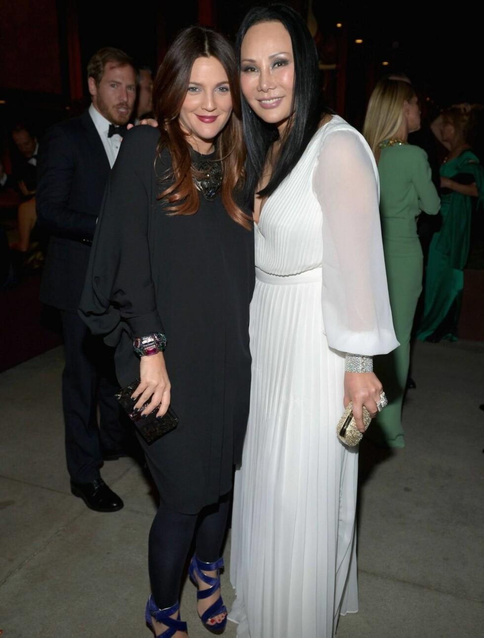 FØRSTE BILDET ETTER FØDSELEN: Drew Barrymore med Eva Chow på LACMA 2012 Art + Film-galla i Los Angeles nøyaktig én måned etter at lille Olive ble født. Foto: All Over Press