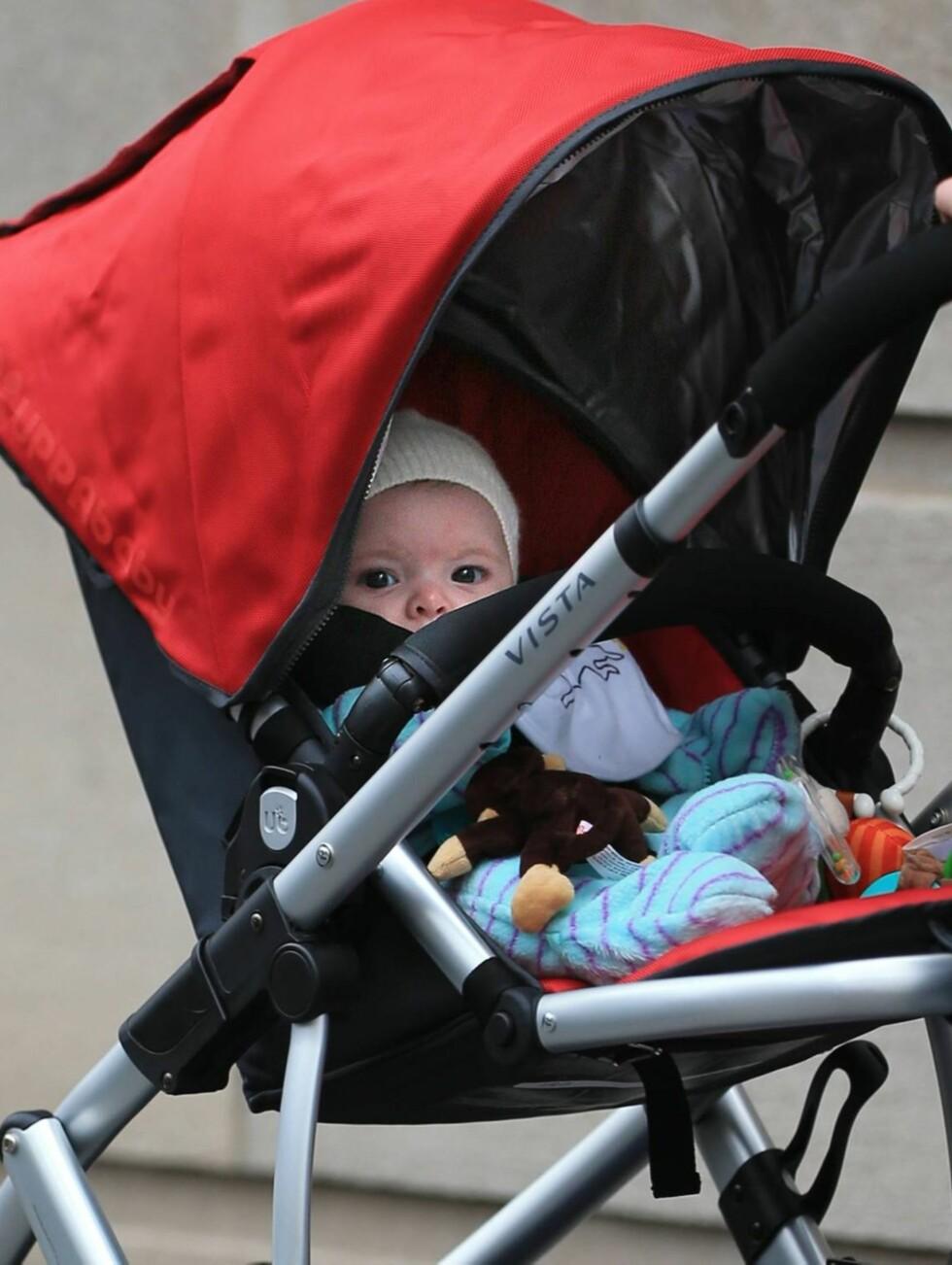SØTNOS: Lille Olive Barrymore Kopelman er i dag nesten fire måneder. Her ligger hun i vogna, mens mamma og pappa triller henne rundt i New York. Foto: All Over Press