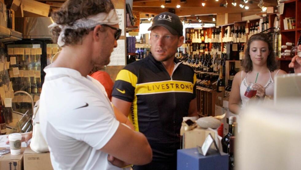 FORBANNA: Matthew McConaughey (t.v) og Lance Armstrong har vært venner i nesten 15 år. Da Armstrongs dopinginnrømmelse ble kjent, fløy kameraten i flint over å ha blitt løyet til i en årrekke. Her er de to avbildet etter en sykkeltur sammen i 2006. Foto: All Over Press