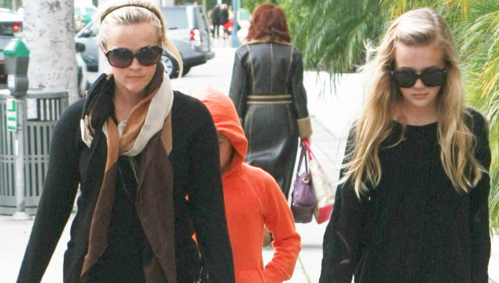 TVILLINGER: Daily Mail syntes Reese Witherspoon og datteren Ava (t.h) lignet mest på tvillinger da de ble fotografert i Beverly Hills onsdag. Skuespillerens eldste sønn Deacon tuslet bakerst.  Foto: All Over Press