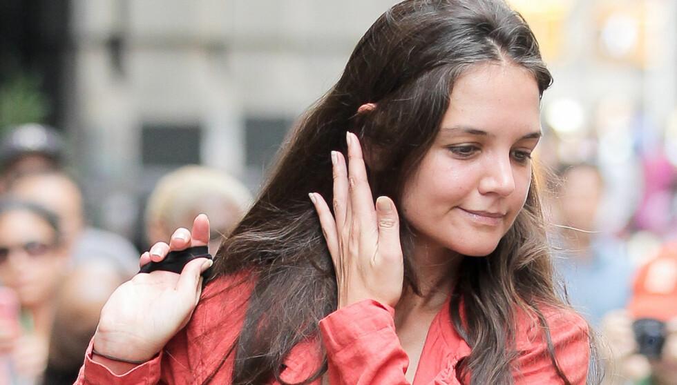 SKYR IKKE SLIMET: – En venn av Katie anbefalte henne å bruke snegleslim i ansiktet, og hun er svært fornøyd med resultatet, sier en kilde til magasinet Look om Holmes' nye skjønnhetsregime.  Foto: All Over Press