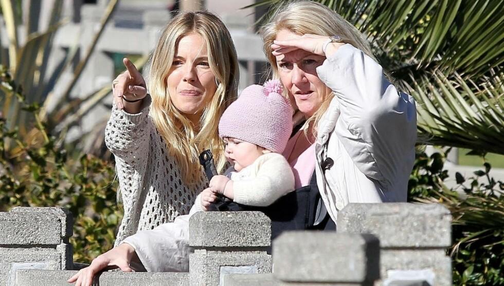 TRE GENERASJONER: Lille Marlowe nyter solen i Santa Monica, California, sammen med mamma Sienna og mormor. Foto: FameFlynet