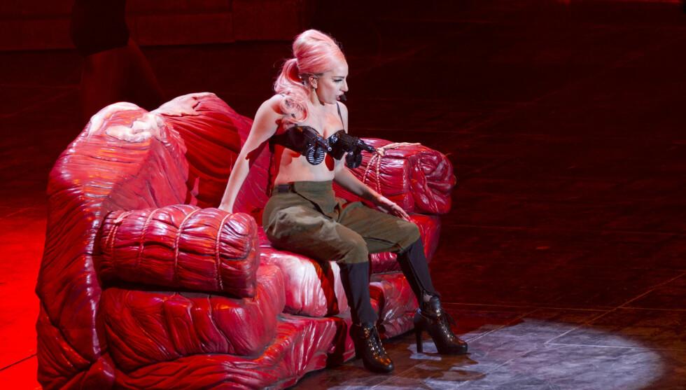 """KONTROVERSIELL: Det var på den andre delen av hennes """"Born This Way""""-turne at artisten sjokkerte med dette kostymet. Nå raser våpenmotstandere i USA. Foto: All Over Press"""