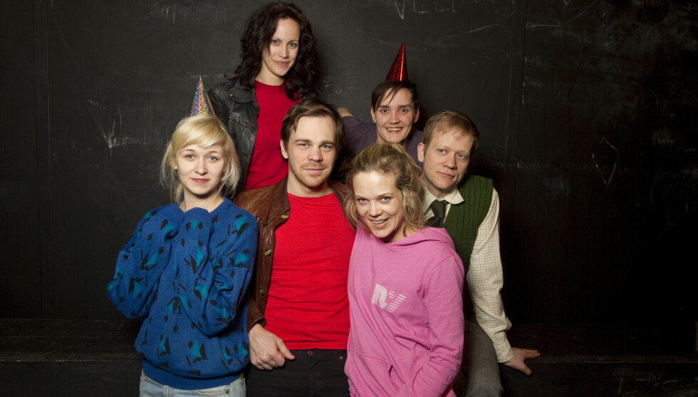 KOLLEGER:  Frank Kjosås med kona Marie Blokhus (foran t.v.), eksdama Ane Dahl Torp, Sigurd Myhre, Morten Espeland og Ingeborg S. Raustøl (bak) under prøvene til «Sjuk ungdom» i 2011. Foto: NTB scanpix
