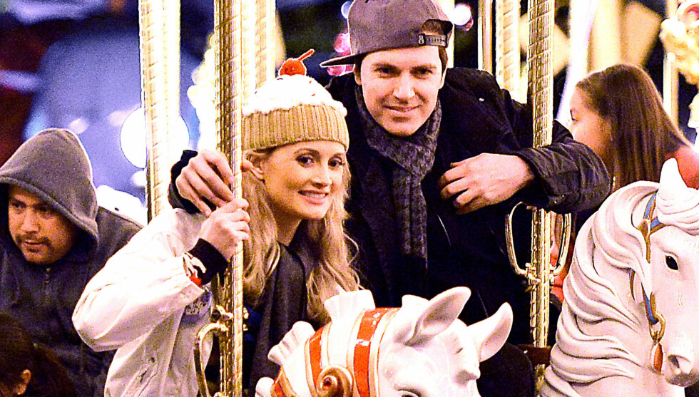 GLEDER SEG: De vordende foreldrene Holly Madison og Pasquale Rotella har tydeligvis beholdt barnet i seg. De tilbragte nyttårsaften sammen i Disneyland.  Foto: All Over Press