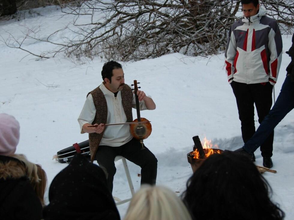 UNDERHOLDNING: Musikalsk innslag varmet godt i 20 minusgrader. Foto: Det kongelige hoff/Kronprinsparets Facebookside