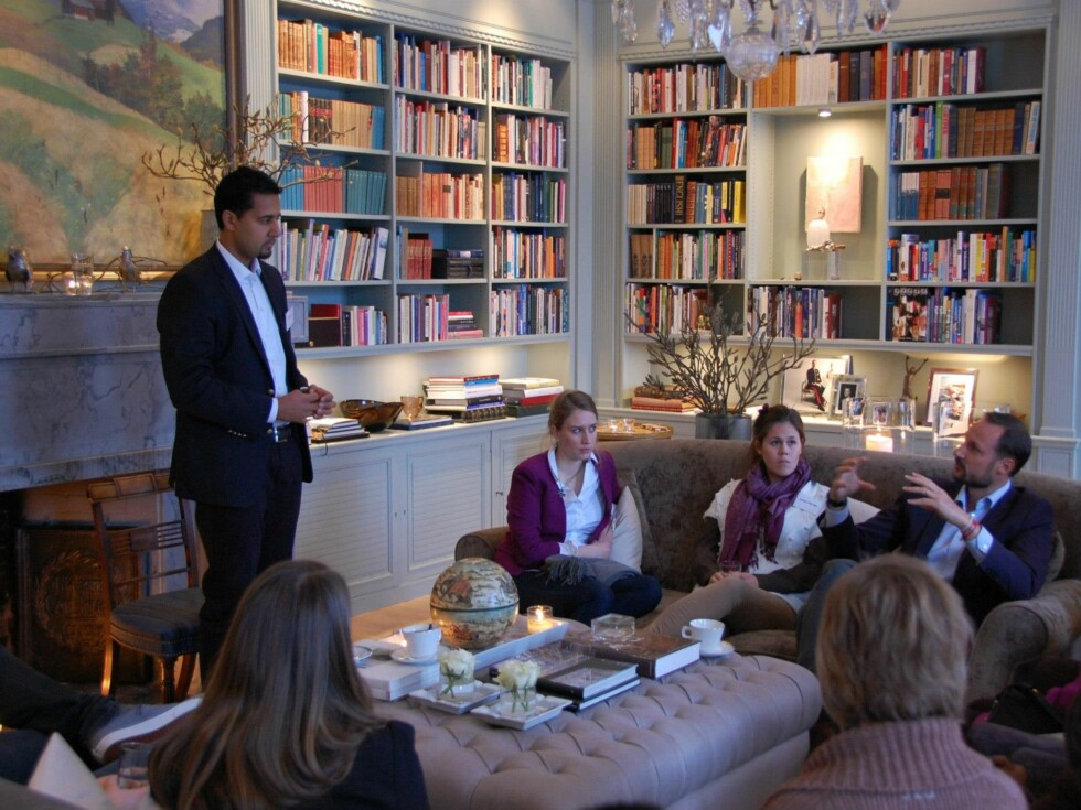 DEN GODE SAMTALEN: Abid Raja og kronprins Haakon diskuterer ondskap.  Foto: Det kongelige hoff/Kronprinsparets Facebookside