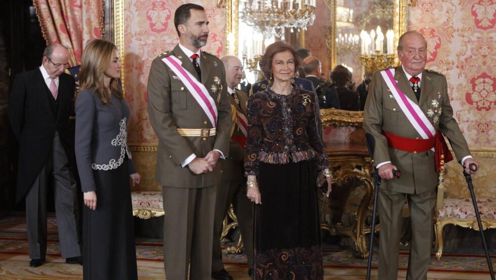 PÅ BEINA: Kong Juan Carlos er endelig på beina igjen etter hofteoperasjonen i fjor, vel å merke ved hjelp av krykker. Her feirer han det nye året med en militærparade på slottet sammen med dronning Sofia, kronprins Felipe og kronprinsesse Letizia.  Foto: All Over Press