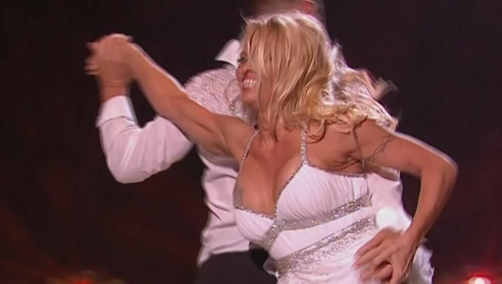 OOPS: Her innser Pamela Anderson at kjolen hennes er i ferd med å gli ned. Foto: Stella Pictures