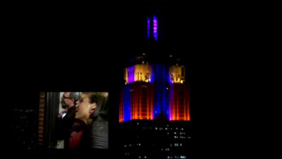 BEGEISTRET: Alicia Keys og resten av crewet fulgte opprømt med mens landemerket Empire State Building lyste og flakket i takt med hennes nye singel «Girl On Fire» i New York før jul. Bedre promotering kan man neppe bed om! Foto: Skjermdump, iHeartRadio