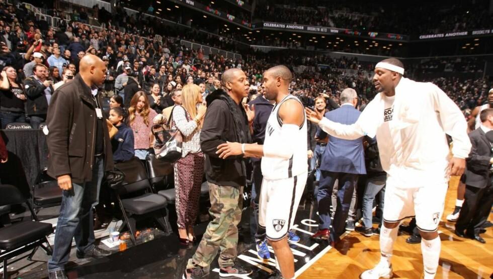 GRATULERTE: Jay-Z gratulerte noen av spillerne på favorittlaget Brooklyn Nets - som hip hop-kongen forøvrig er medeier av. Foto: All Over Press