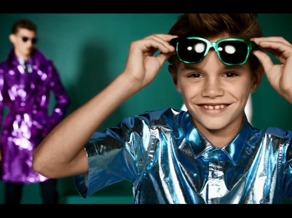 STORT SMIL: Mon tro om lille Romeo har fått modelltips av mamma Victoria og pappa David... Foto: Burberry / YouTube