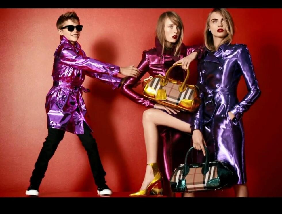 OH ROMEO: Beckham jr. med modelldamene. Til høyre er den britiske modellen Cara Delevigne, lillesøsteren til den verdensberømte it-jenta Poppy Delevigne. Foto: Burberry / YouTube