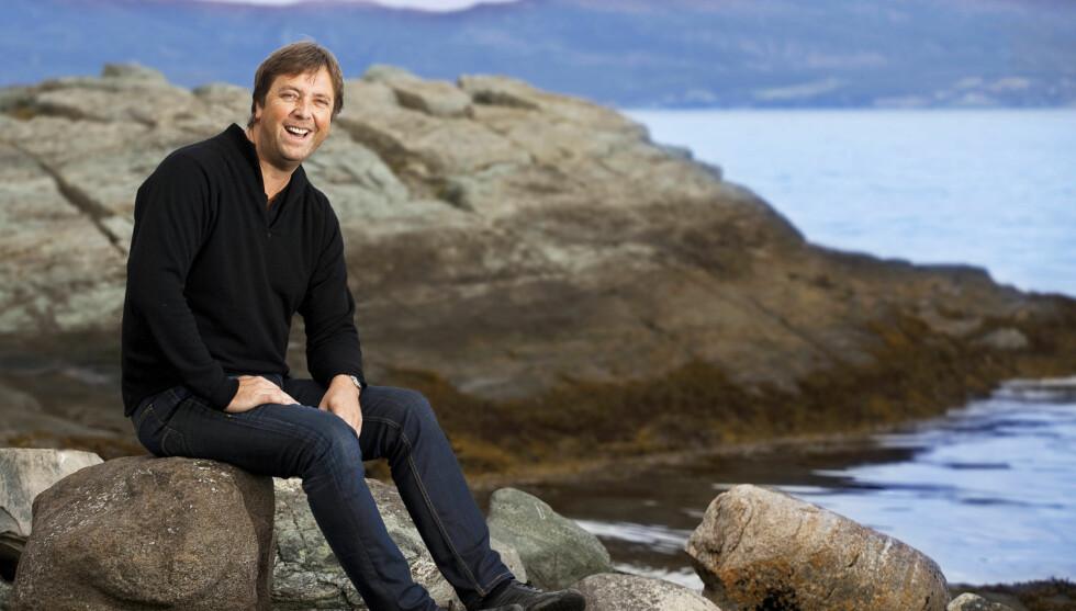 BOR MED KATTEN: Tore Strømøy er blant NRKs kjæreste programledere, men «Tore på sporet»-profilen mener at det skorter på interesse fra damene i privatlivet.   Foto: Se og Hør