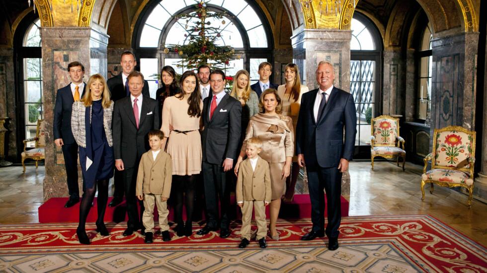 HELE FAMILIEN: Torsdag ble de offisielle forlovelsesbildene publisert. Her er prins Felix og kjæresten sammen med familien.  Foto: All Over Press