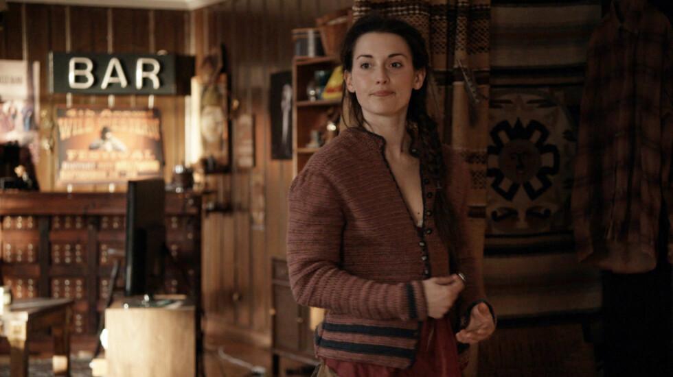 GIFTER SEG: Heidi Ruud Ellingsens karakter Oda gifter seg i den siste sesongen av NRK serien «Hjem». Foto: NRK