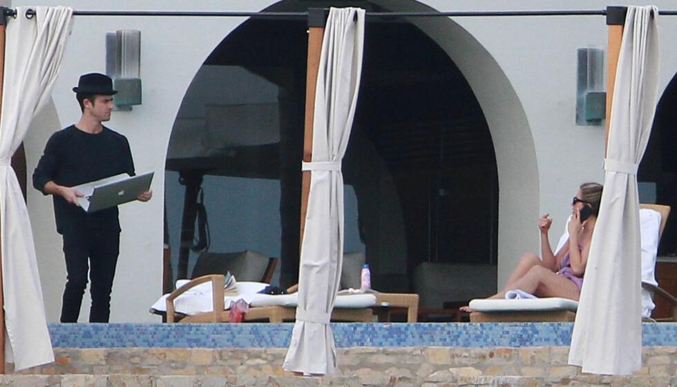 FERIEKOS: Justin Theroux og forloveden Jennifer Anison holder kontakt med omverden via mobiltelefon og internett, til tross for at paret er på en velfortjent juleferie i Cabo San Lucas i Mexico. Foto: FameFlynet Sweden
