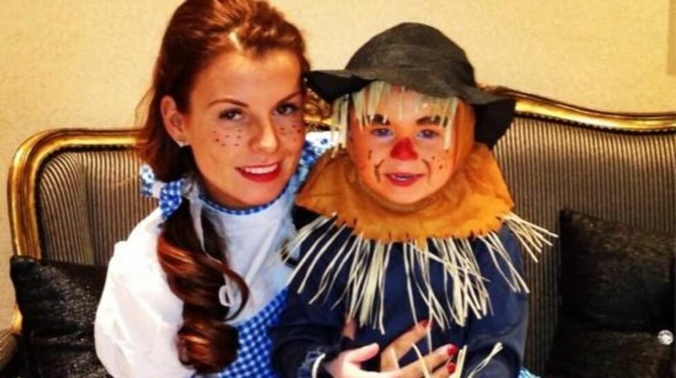 I KOSTYME: Coleen Rooney og sønnen Kai kledde seg ut som Dorothy og fugleskremselet fra filmen «Trollmannen fra Oz».  Foto: Coleen Rooney/Twitter