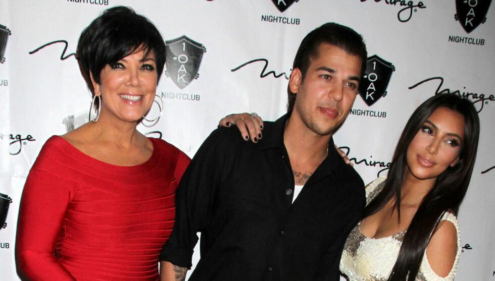 SJOKK: Familien til Kardashian skal ha fått sjokk av beskjeden om at Kim er gravid. Til venstre er Kims mor Kris Jenner. I midten er broren Rob Kardashian. Foto: All Over Press