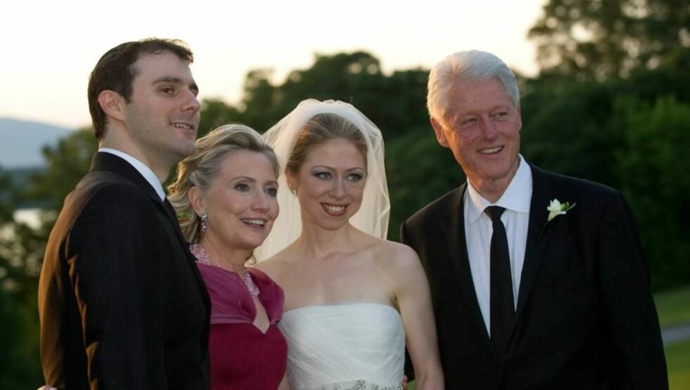 STOLTE FORELDRE: Hillary og Bill Clinton fulgte stolt med, da deres datter Chelsea i 2010 giftet seg med sin ektemann Marc Mezvinsky. Foto: All Over Press