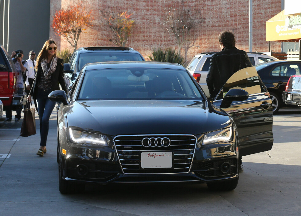 LYKKELIGE: Miranda Kerr brøt ut i et smil da hun så ektemannen vente på henne utenfor Diamond Nails & Spa i Los Angeles. Foto: FameFlynet