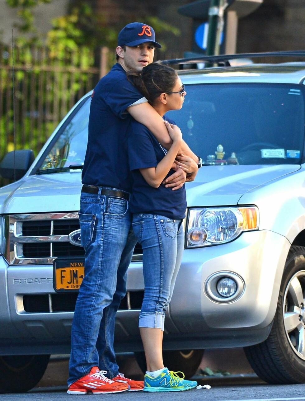 VENTER PÅ SKILSMISSE II: Filmstjernen Ashton Kutcher trøster seg med sin nye kjæreste Mila Kunis gjennom den bitre skilsmisse-striden med eks-kona Demi Moore. Mange spår at også Ashton vil fri så fort han igjen blir singel. Foto: Fame Flynet