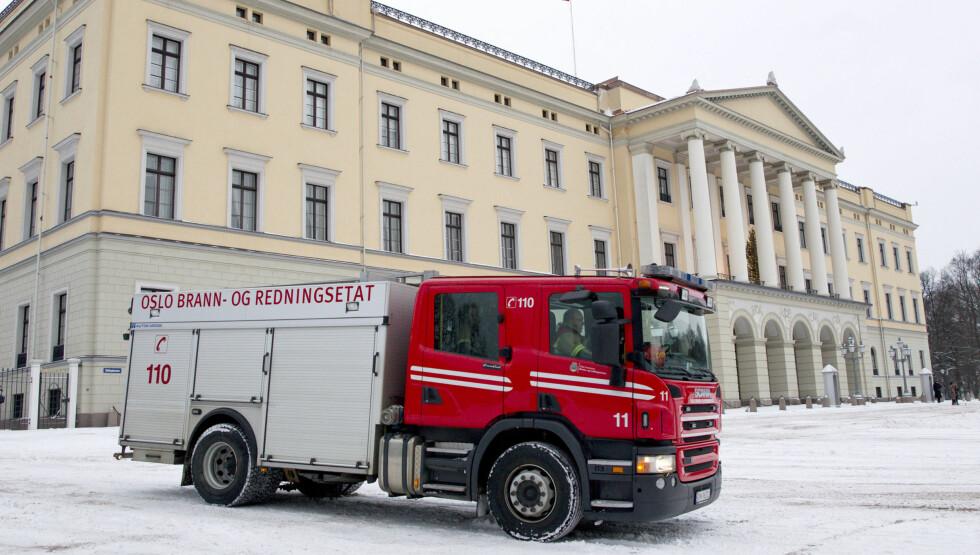 STÅR STØTT: Slottet i Oslo har ligget på enden av Karl Johans gate siden 1825. - Det er et spesielt objekt som er viktig å ivareta, sier Trond Hansen, fungerende brigadesjef i brannvesenet, til Seoghør.no. Foto: Andreas Fadum / Se og Hør