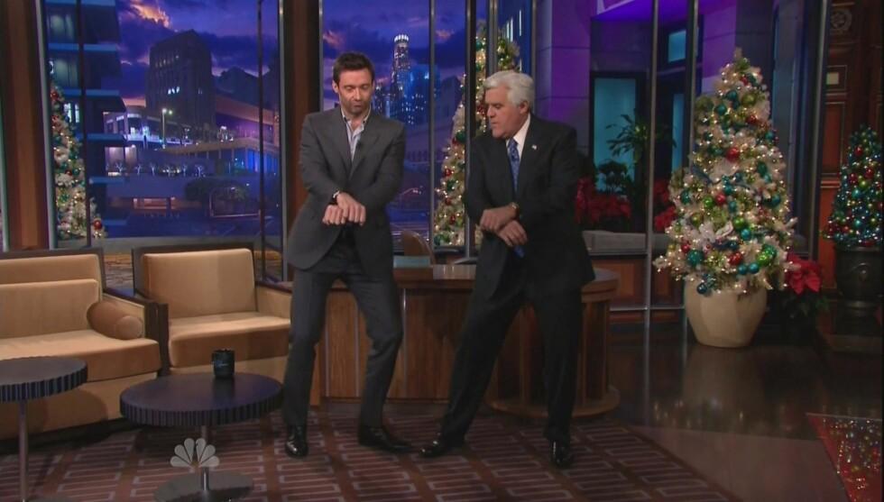 SLO SEG LØS: Hugh Jackman viste fram sin tolkning av danse-farsotten «Gangnam Style» da han besøkte «The Tonight Show» og programleder Jay Leno torsdag Foto: NBC/PLANET PHOTOS