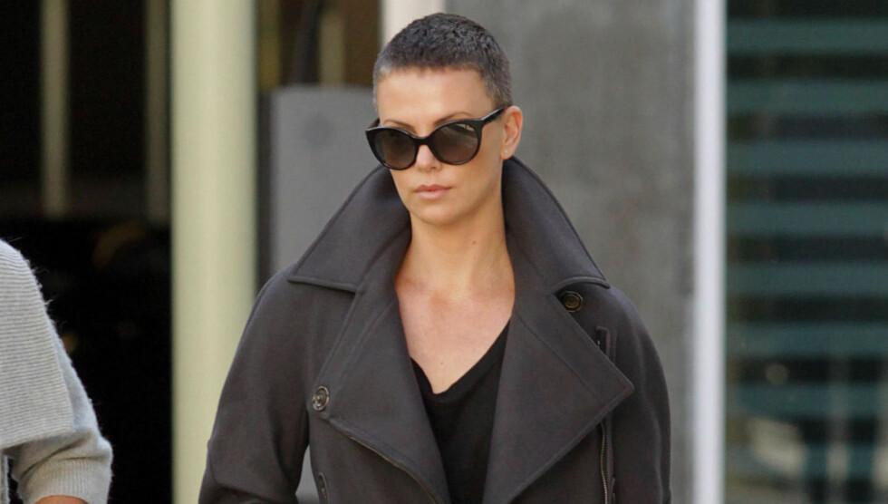 EDGY: Charlize theron har latt lokkene falle under innspillingen av sin nye film «Mad Max 4: Fury Road» Foto: FameFlynet