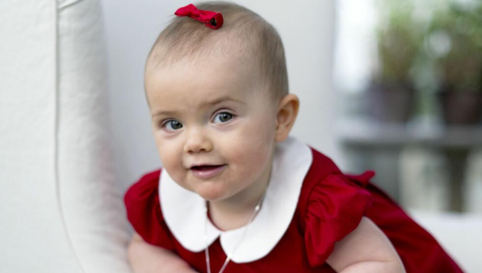 SJARMTROLL: I år hilser Sveriges kronprinsessepar folket en god jul med disse søte bildene av datteren, prinsesse Estelle. Den lille prinsessen fyller ti måneder på lille julaften. Foto: Kungahuset.se