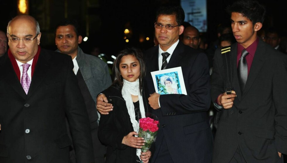 FARVEL: Den britiske politikeren Keith Vaz (t.v.) sammen med Jacinta Saldanhas familie ved en minnestund i parlamentet kort tid etter det tragiske dødsfallet.  Foto: All Over Press