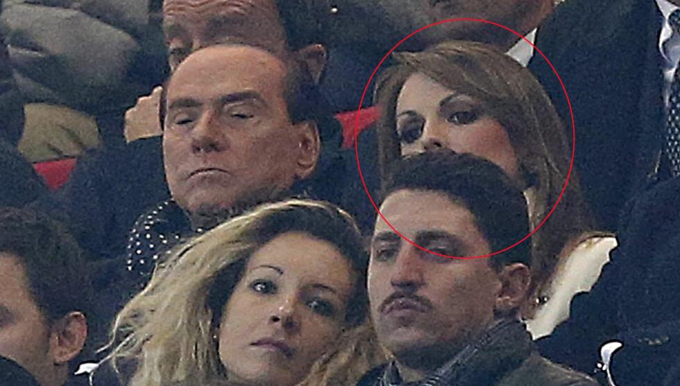 PÅ FOTBALLKAMP: Silvio Berlusconi bekrefter å ha forlovet seg med 49 år yngre Francesca Pascale. Her er de to og ser fotballkamp mellom de to italienske klubbene AC Milan og Juventus i november. Foto: Scanpix/Reuters