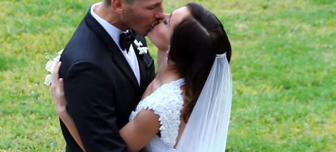 Viser frem bryllupsbildene