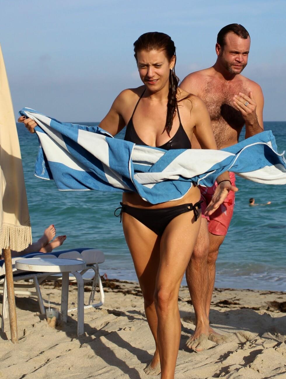MYE OPPMERKSOMHET: TV-stjernen fikk mye oppmerksomhet på stranden. Foto: All Over Press