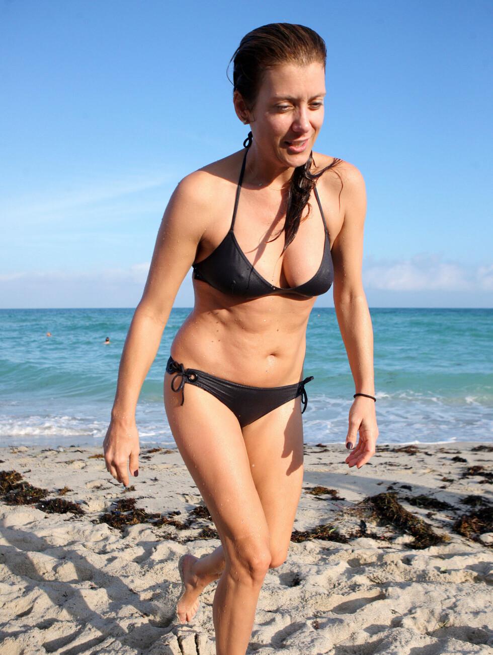 PÅ STRANDEN: Kate Walsh viste fram kroppen på South Beach i Miami. Foto: All Over Press