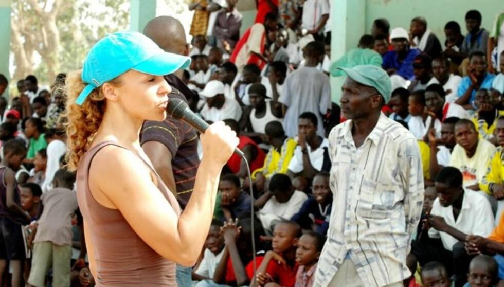 I GAMBIA: Her er Kari i Gambia med GIFTS. Nå kan du støtte organisasjonen og samtidig vinne en drømmedag med en kjendis.