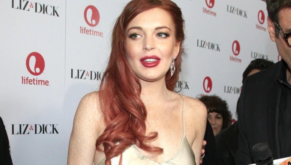 DESPERAT: Lindsay Lohan skylder amerikanske skattemyndigheter over en million kroner i skatt. Nå skal hun ha fått søsteren til å prøve å selge designerklærne hennes. Her er hun avbildet på «Liz & Dick»-premieren i Los Angeles nylig, en film hun  Foto: All Over Press