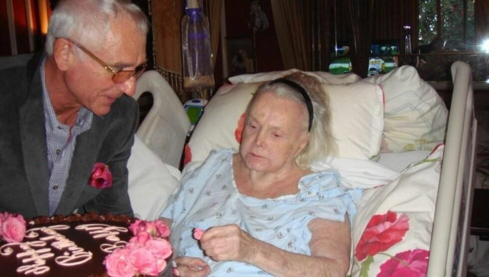 PÅ SYKEHUS: Zsa Zsa Gabor har vært flere ganger på sykehus de siste årene. Her er hun under en tidligere innleggelse sammen med sin niende ektemann, Frédéric Prinz von Anhalt. Foto: All Over Press