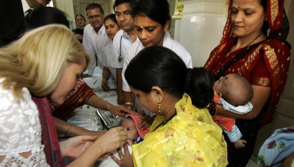 NYFØDT: Kronprinsessen dro til India for å passe på to nyfødte surrogati-babyer for et homofilt par, hvorav den ene jobber i Kronprinsparets fond. Dette bildet er fra da hun og kronprins Haakon var i Jaipur i India i 2006. Foto: NTB scanpix