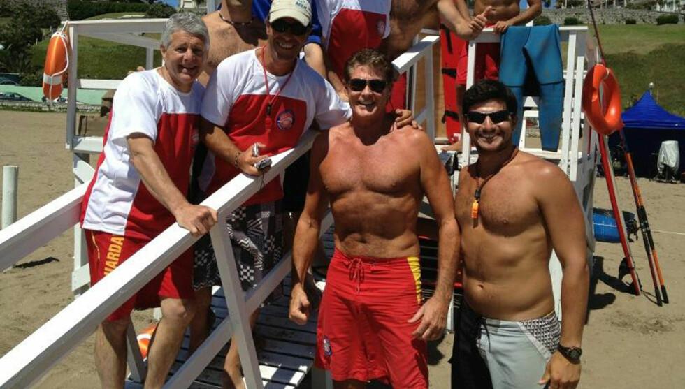 TILBAKE PÅ STRANDEN: Hasselhoff har blitt 60 år, men viste fram sin imponerende kropp da han var tilbake i den klassiske røde badeshortsen. Foto: Stella Pictures