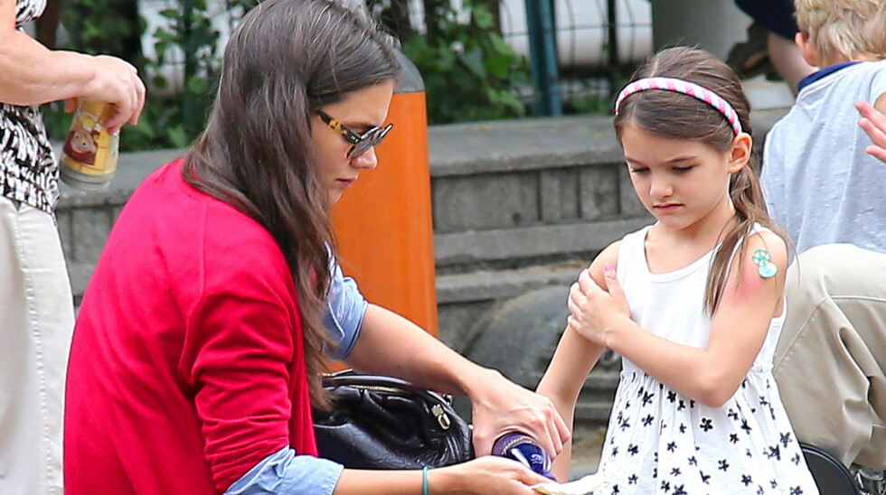 FEIRER JUL MED MAMMA: Suri Cruise skal være hos mamma Katie Holmes på juleaften. Foto: All Over Press