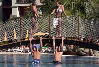 Denne gangen beholdt de bikini og badebukse på ...