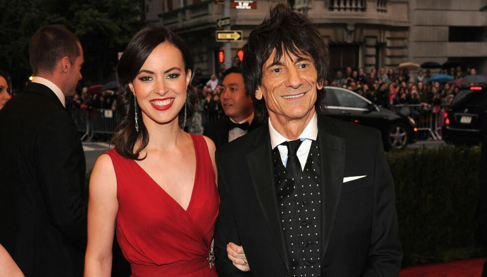 SKAL GIFTE SEG I LONDON: Ifølge Contact Music har Rolling Stones-stjernen Ronnie Wood og hans unge forlovede Sally Humphreys planer om å gi hverandre sitt «ja» i London. Her er paret avbildet sammen på en galla i New York i mai.  Foto: All Over Press